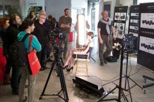 Tour Photo Specialisy: modella posa in uno shooting fotografico